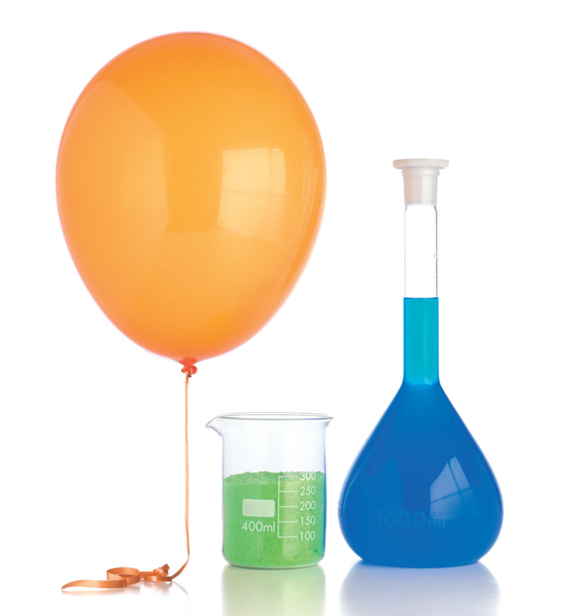 A balloon, a flask and a beaker, each containing one mole of a substance. The balloon contains one mole of a gas, the beaker one mole of solid nickel (II) chloride, and the flask one mole of copper (II) sulfate in one litre of water (a one-molar solution).